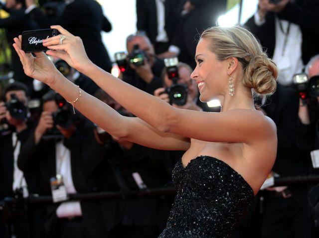 Le modèle Petra Nemcova prend un selfie sur le tapis rouge lors du 67 Festival de Cannes, en mai 2014.