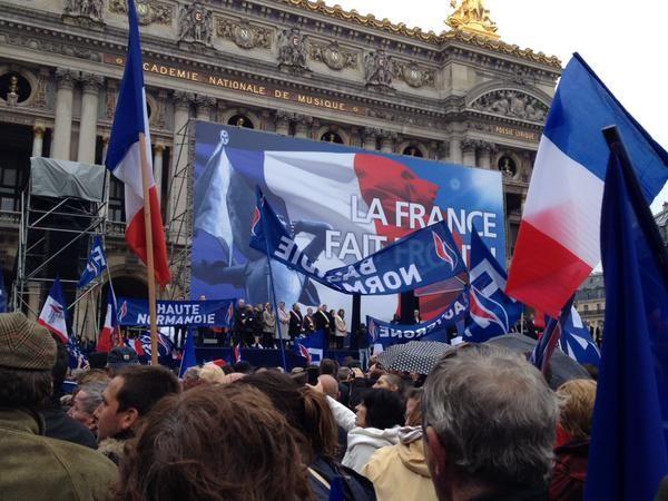 Les militants du Front National se sont rassemblés place de l'Opéra pour le discours de Marine Le Pen.
