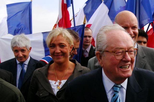 Philippe PENINQUE (G), ici avec Marine et Jean Marie LE PEN pendant la campagne de l'élection présidentielle de 2007 à Valmy l