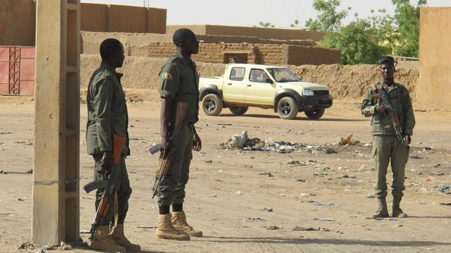 Soldats maliens dans une rue de Gao