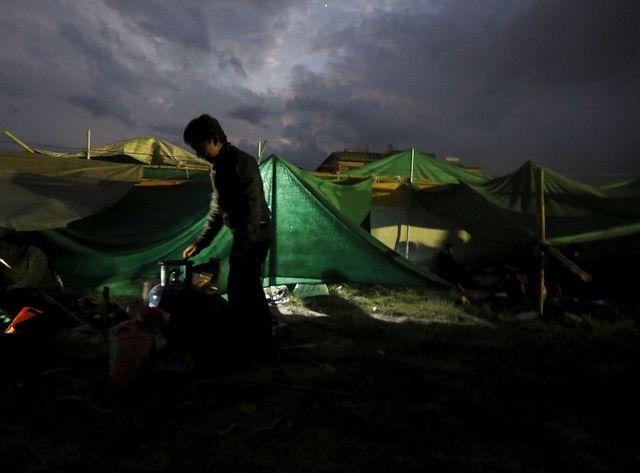 Des milliers d'habitants de Katmandou s'apprêtent à passer une seconde nuit dans le froid et la pluie glacée
