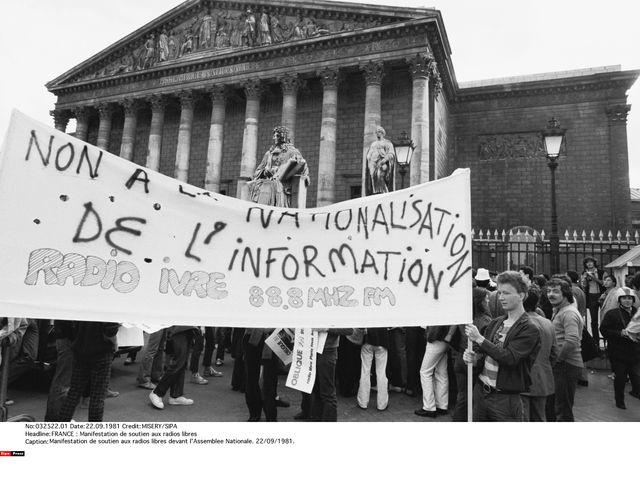 Manifestation de soutien aux radios libres devant l'Assemblée Nationale, 22/09/1981