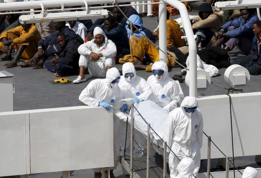 Les secours prennent en charge les victimes du naufrage qui a fait 700 morts au large de la Libye ce 19 avril