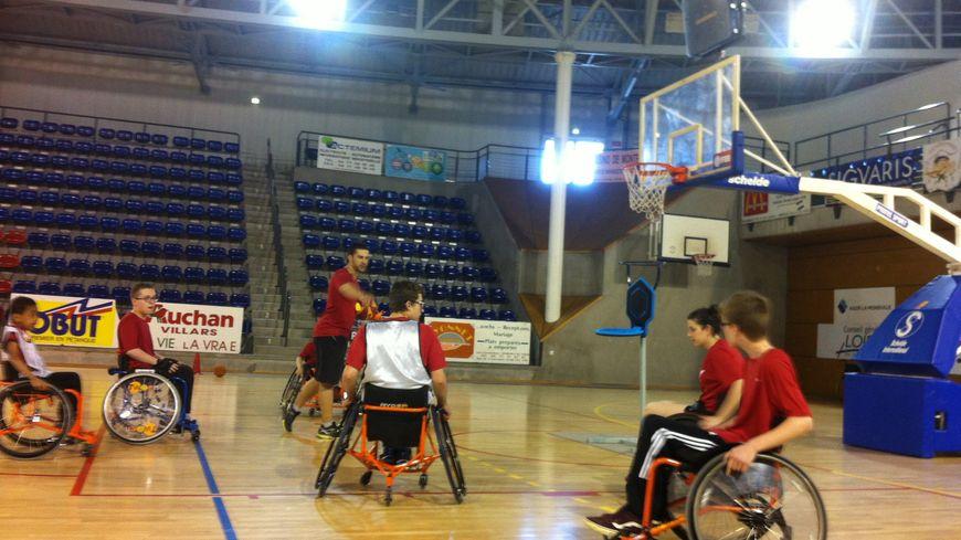 Une partie de basket fauteuil