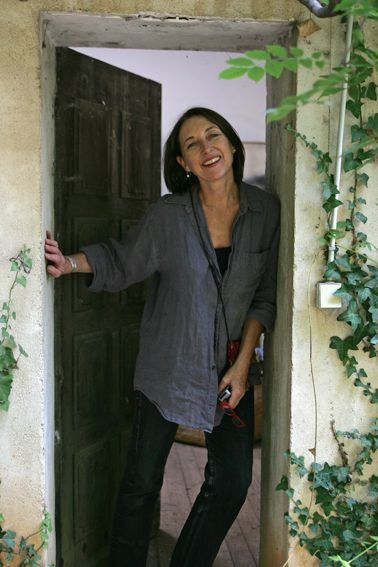 Marie Hugo devant la porte de l'atelier