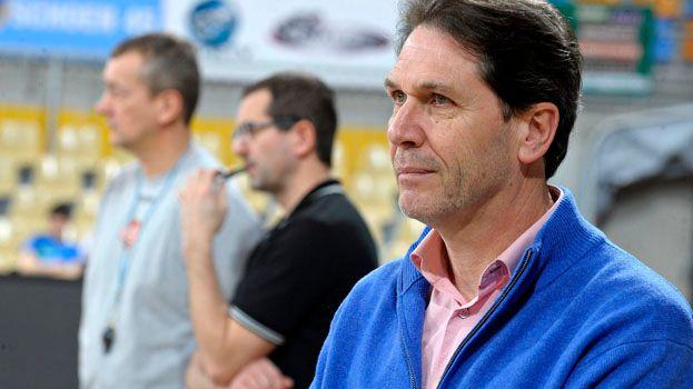 Christophe Dupont au premier plan avec les deux entraîneurs de l'OLB derrière lui.
