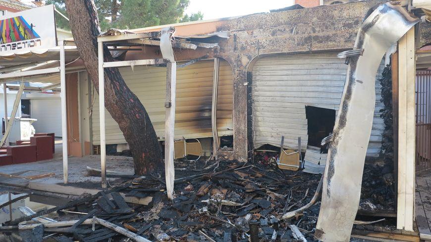 Un magasin de prêt-à-porter sur le front de mer a été sérieusement endommagé par l'incendie