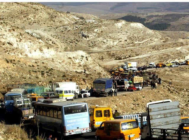 Des Palestiniens s'apprêtent à passer un chek-point
