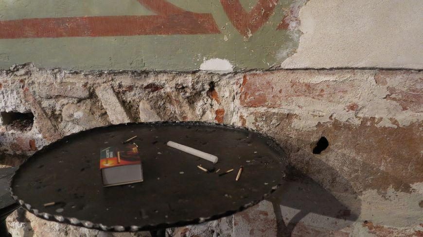 L'incendie aurait pu partir d'une alumette ou d'un cierge jeté à travers ce trou dans le mur de l'église Saint-Mathieu