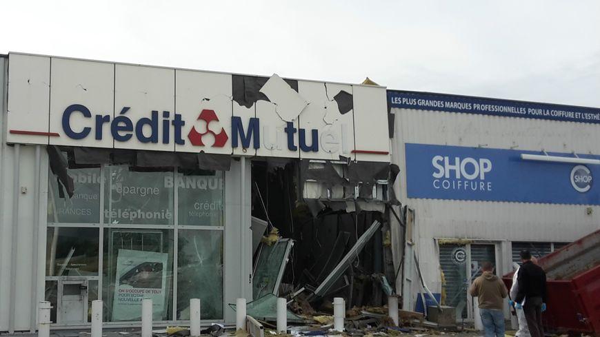 Les trois détonations ont soufflé une bonne partie de la façade du Crédit Mutuel