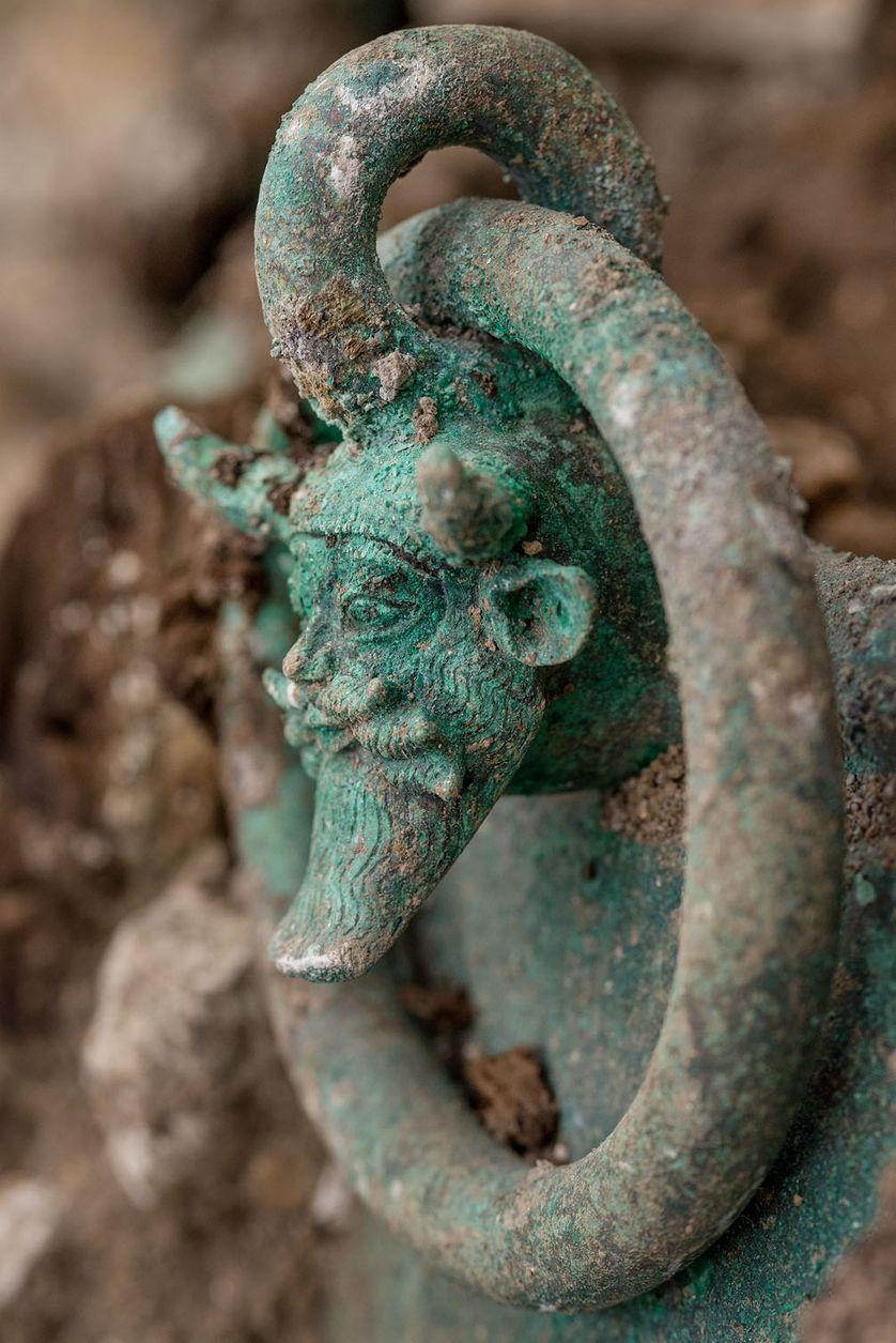 Détail d'une anse du chaudron ornée d'une tête d'Acheloos