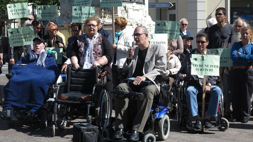Une quarantaine de personnes a manifesté pour l'accessibilité des lieux et services aux handicapés, place Arago à Perpignan
