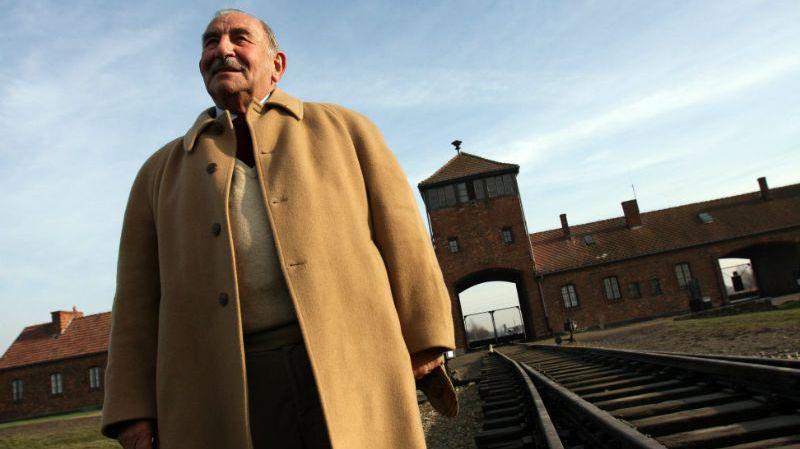 Charles Gottlieb, ancien résistant et déporté, devant le camp d'Auschwitz en 2008.