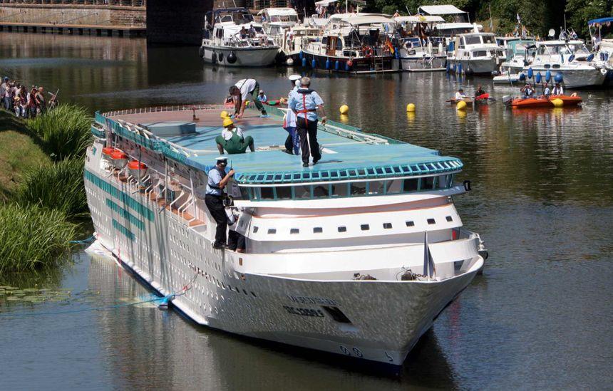"""Le jour de la mise à l'eau de la réplique du """"Majestic of the Seas"""", le 25 juin 2005."""