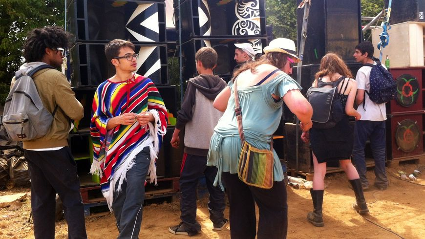 Les amateurs de musique techno ont dansé pendant des heures devant le sound-system.