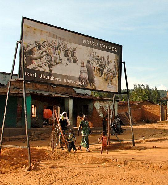 """Pancarte annonçant la tenue prochaine d'un """"gacaca"""" : tribunal communautaire de villageois, au Rwanda"""