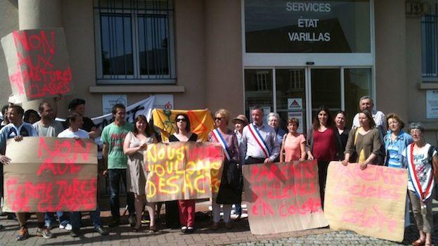 Les parents d'élèves de l'école de Moutiers-Rozeille manifestent devant l'inspection d'académie de Guéret.