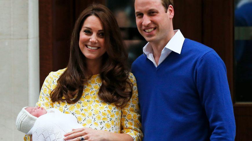 Kate et William ont présenté samedi soir leur fille à la foule massée devant la maternité, avant de regagner Kensington