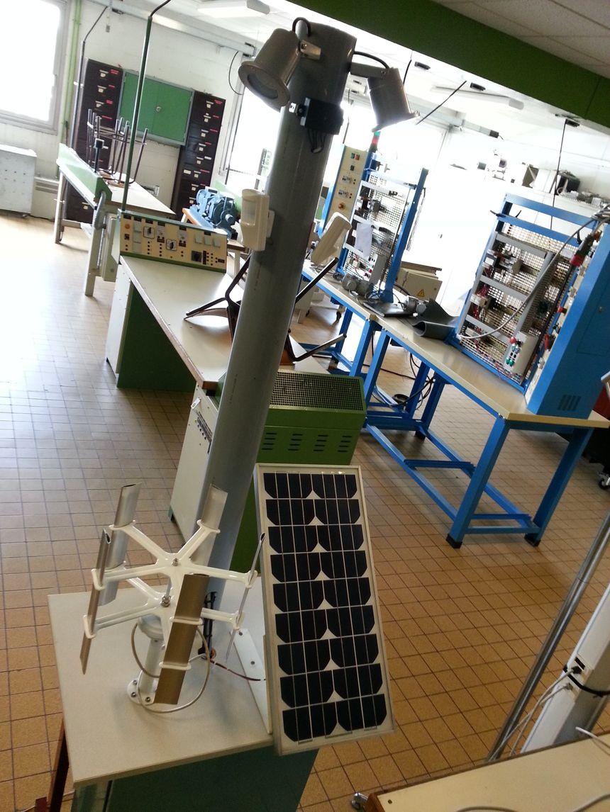 Lycée la Chataigneraie , Le Mesnil Esnard (76) Elairage géré par éolienne et panneau solaire