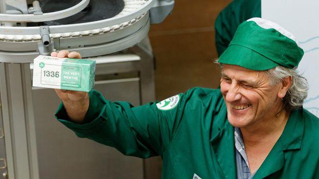 """Un salarié de Scop-TI, ex-Fralib, présente une boîte de thé """"1336"""" à la presse"""