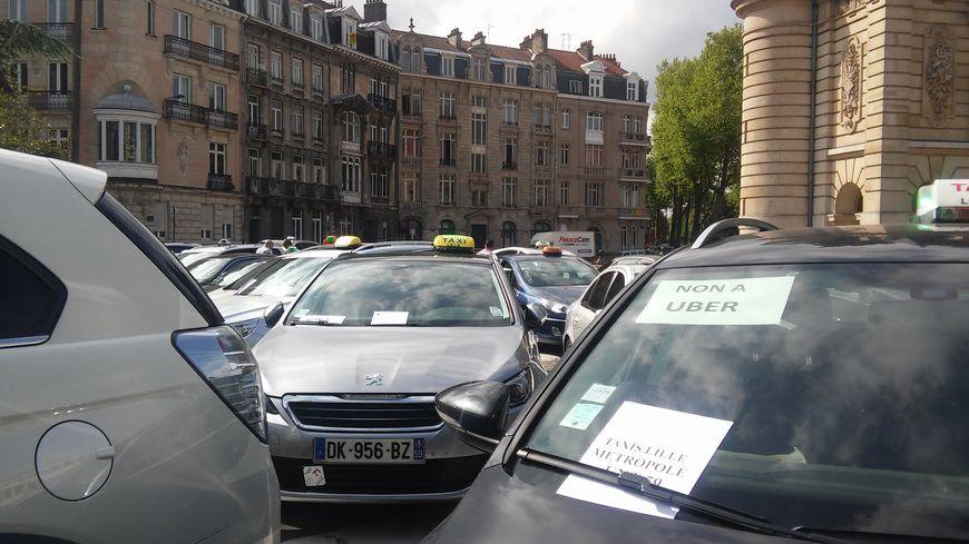 Mardi 12 mai, une centaine d'artisans-taxi de Lille ont manifesté contre UberPop.