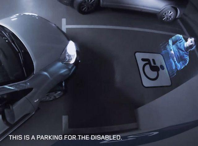 Les places pour handicapées surveillées par un hologramme parlant.
