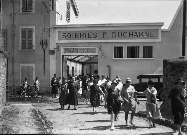 La sortie de l'usine F. Ducharne à Neuville-sur-Saône en 1930