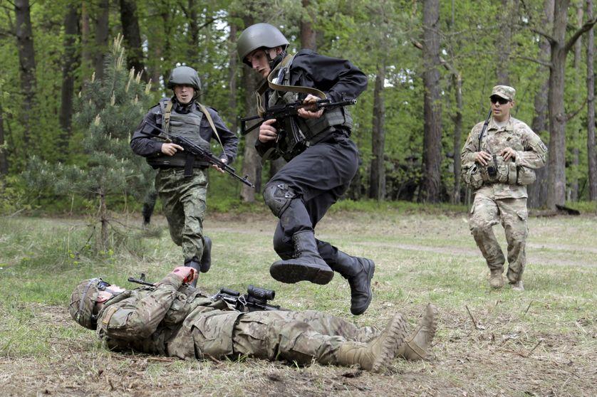 En Ukraine, des soldats de l'armée américaine entraînent les forces armées : ici la Garde Nationale ukrainienne.