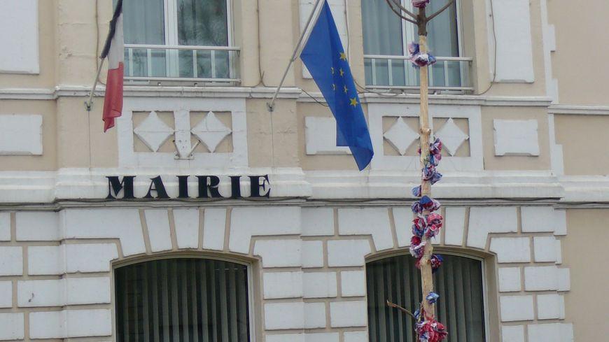 """Le """"mai"""", pin traditionnel décoré, de la commune de Tosse, abattu puis replanté dans la nuit du 1er mai"""