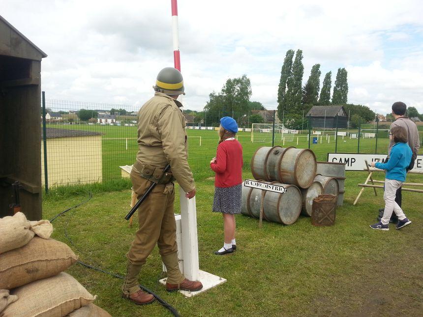 Même les enfants se prennent au jeu du camp militaire éphémère de Cérans-Foulletourte