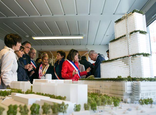 Christiane Taubira devant la maquette du nouveau palais