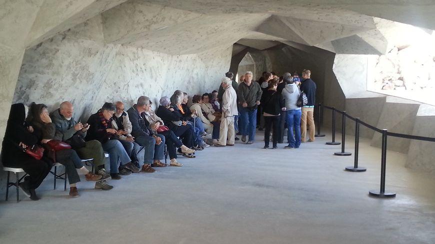 Le public dans l'espace de restitution de la grotte Chauvet, le 22 mai 2015
