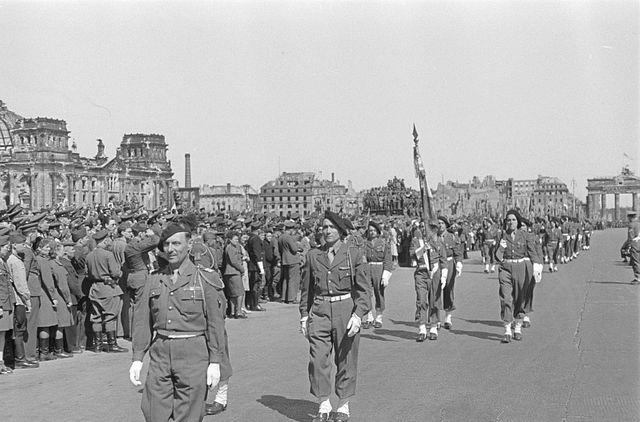 Défilé de militaires français du 159e RIA devant les ruines du Reichstag, le 8 mai 1946