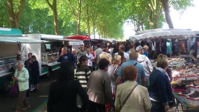 Le marché d'Amboise se tient tous les vendredis et tous les dimanches au bord de la Loire