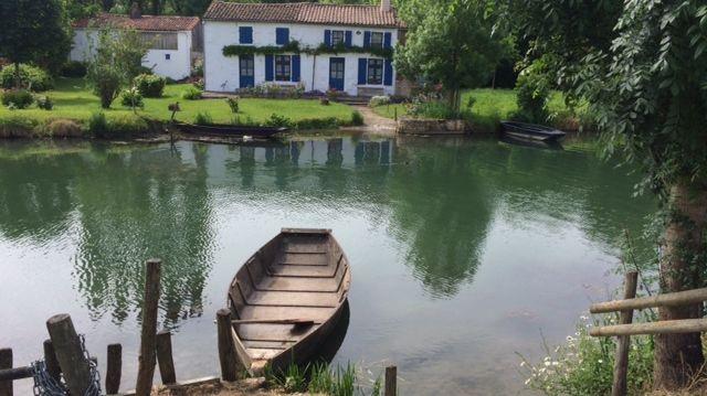 La maison aux volets bleus à Coulon dans les Deux-Sèvres.