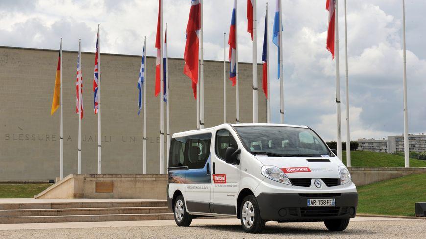 Le Mémorial de Caen propose des visites guidées en minibus