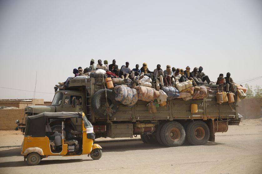 Migrants conduits à travers une route d'Agadès, au Niger, le 25 mai 2015