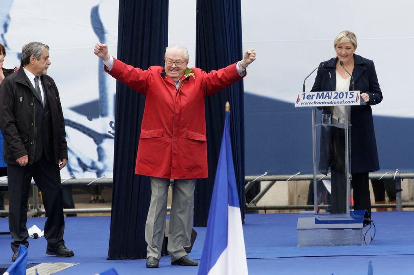 Jean-Marie et Marine le Pen lors du meeting du FN le 1er mai 2015 devant l'opéra de Paris