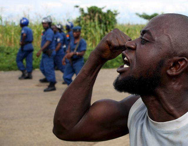 Burundi : un manifestant favorable au coup d'Etat lors d'une manifestation réprimée par la police