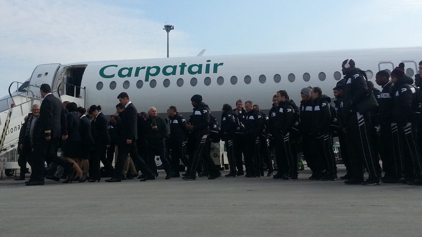 L'équipe d'En Avant de Guingamp sur le tarmac de l'aéroport de Kiev
