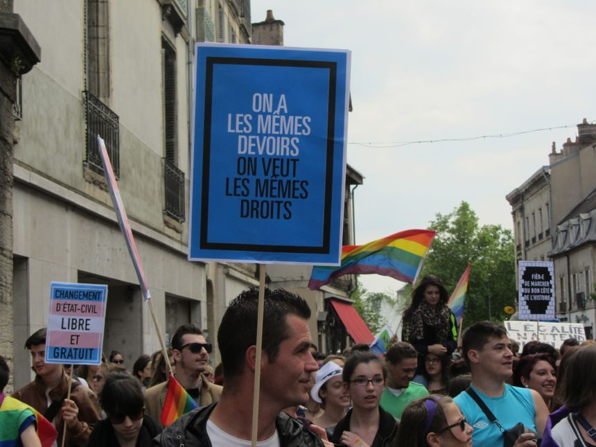 Les manifestants réclament l'égalité des droits entre tous les citoyens, peu importe leur orientation sexuelle.