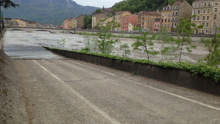 L'Isère a débordé ce samedi, inondant la voie sur berge.