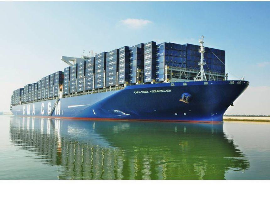 Le CMA CGM Kerguelen, plus grand navire du groupe, lors de son passage dans le canal de Suez.