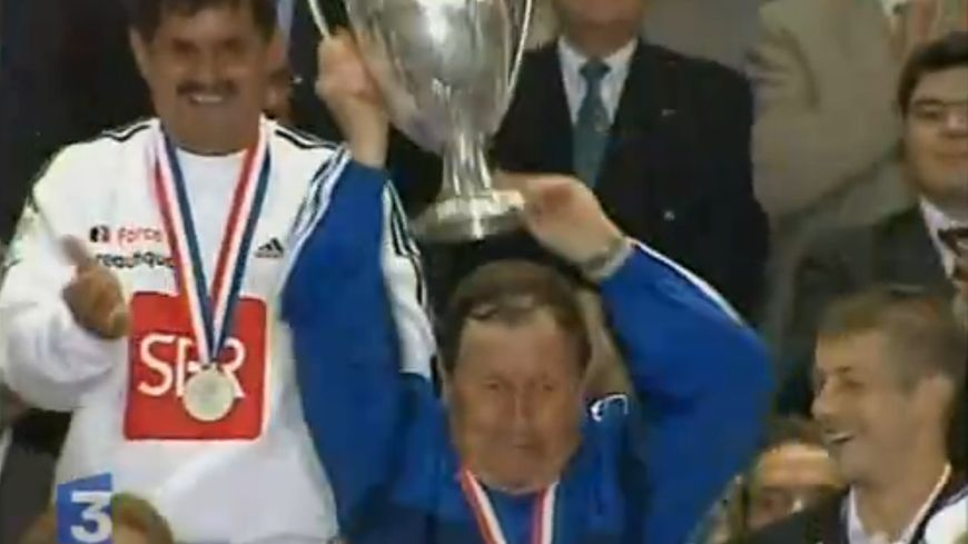 Guy Roux, entraîneur de l'AJA, soulève la coupe en 2003 après la victoire 2-1 face au PSG.