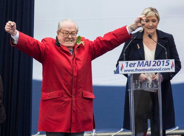 Jean-Marie Le Pen monté de lui même à la tribune du 1er mai