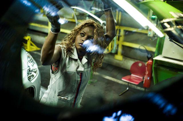 Une ouvrière dans un atelier à l'usine PSA Citroën
