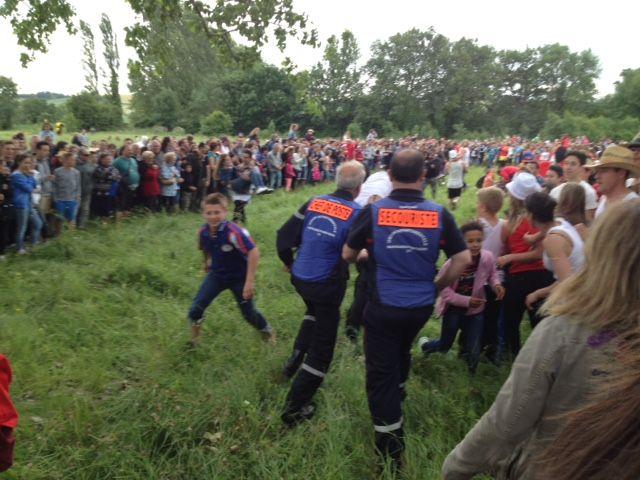 Les secouristes interviennent après la chute d'une dame dans le pré.
