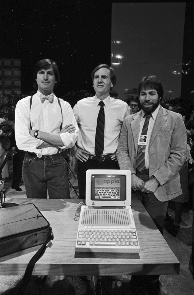 John Sculley et les créateurs d'Apple Steve Jobs et  Steve Wozniak avec un nouvel ordinateur (1984)