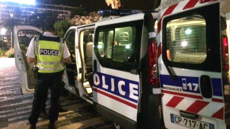 Les tests salivaires sont effectués dans ce fourgon de la Police Nationale