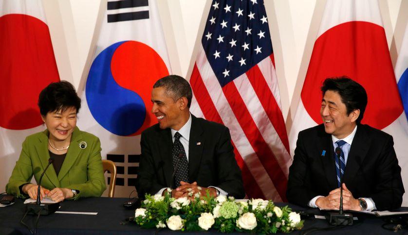 Park Geun-hye, présidente de Corée du Sud, Barack Obama et Shinzo Abe, Premier Ministre du Japon, le 25 mars 2014